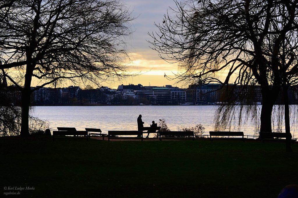 Vater und Sohn beim Sonnenuntergang